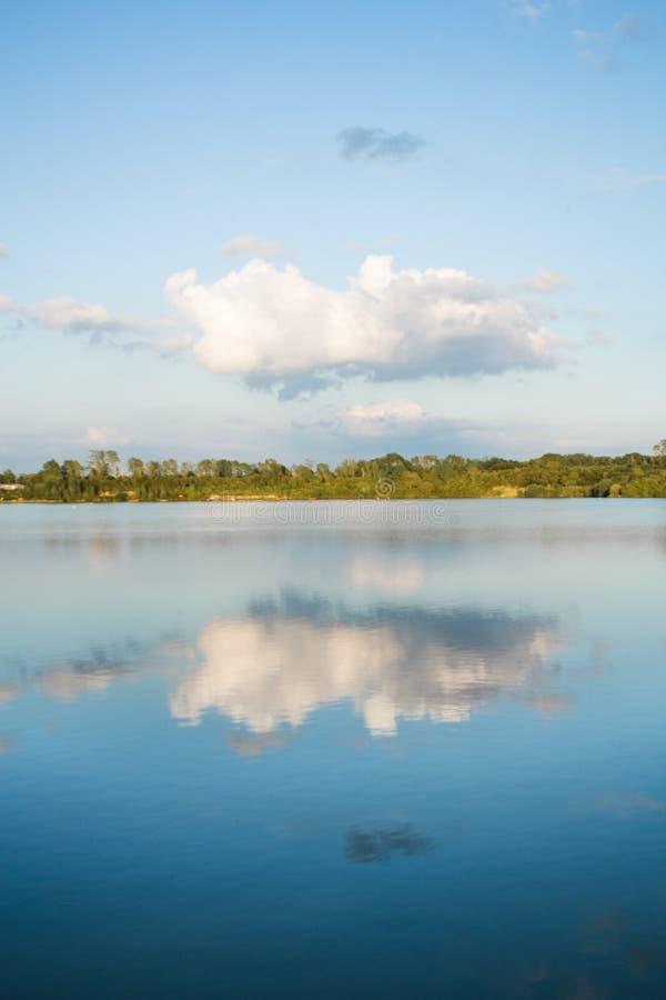 Las reflexiones en el lago imagenes de archivo