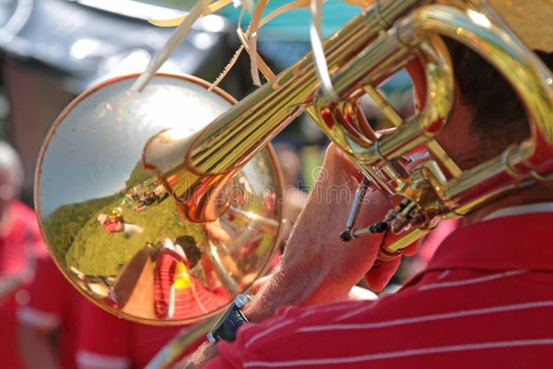 Las reflexiones en una trompeta en una naturaleza ajardinan imagenes de archivo