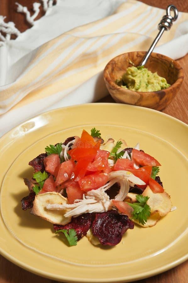 Las remolachas y la pastinaca dieta-orgánicas de Paleo saltan los nachos con el pollo destrozado imagenes de archivo