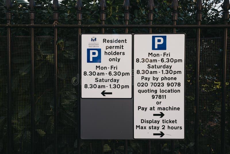 Las restricciones del aparcamiento firman en una calle en Holland Park, Kensington y Chelsea, Londres, Reino Unido fotografía de archivo