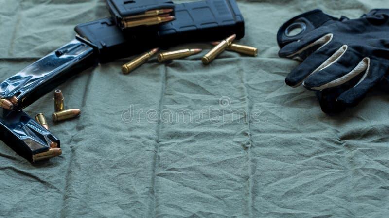 Las revistas de acero negras de la pistola de la arma de mano cargadas con la munición hueco del punto, punto suave cargaron las  fotos de archivo libres de regalías