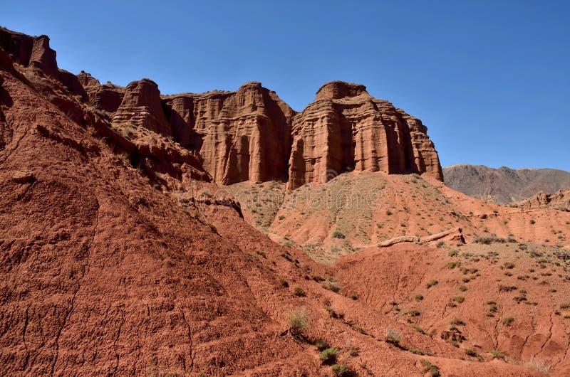 Las rocas de la piedra arenisca roja de la garganta de Konorchek, se llama Grand Canyon kirguizio, región de Issyk-Kul, Asia Cent fotos de archivo