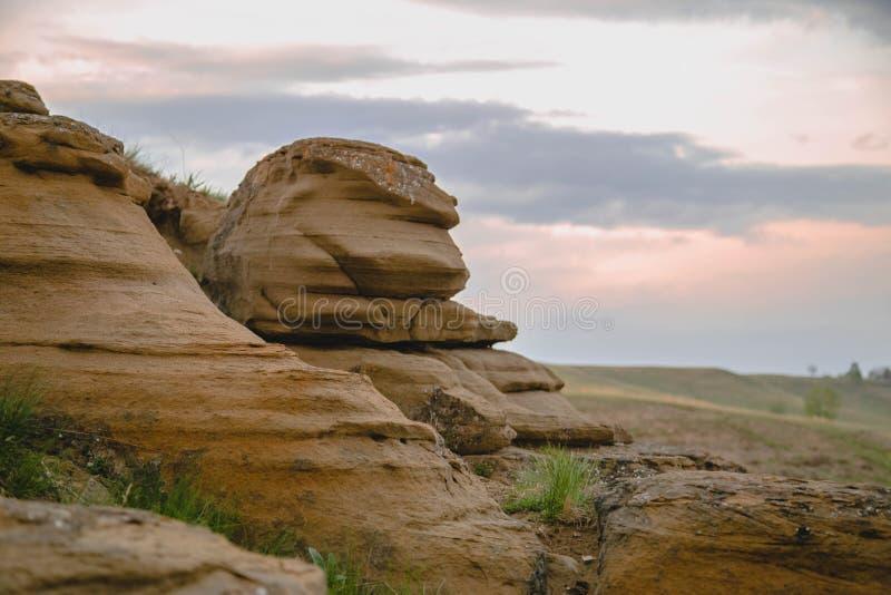 Las rocas debajo de las nubes imagen de archivo libre de regalías