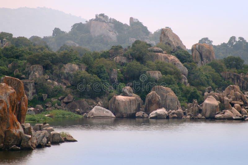 Las rocas en el lago victoria cerca de la ciudad de Mwanza, Tanzania foto de archivo libre de regalías