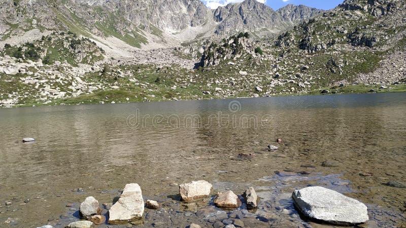 Las rocas en el lago foto de archivo