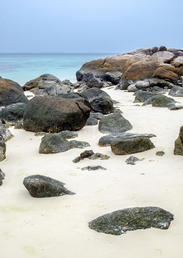 Las rocas en la arena blanca varan en la isla del lipe imágenes de archivo libres de regalías