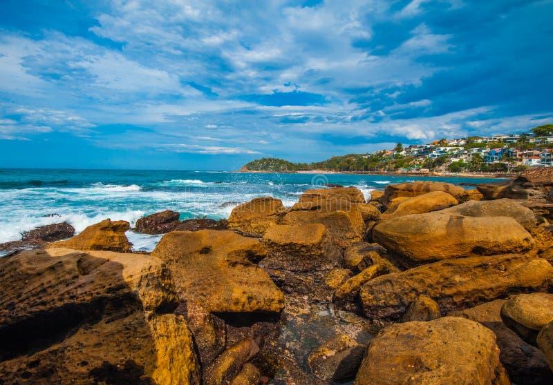 Las rocas en la playa de hombres fotos de archivo libres de regalías