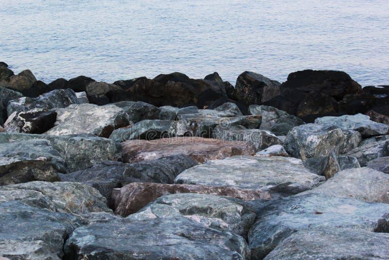 Las rocas grandes en orilla de mar riegan paisaje marino del borde del ` s el día de verano fotografía de archivo libre de regalías