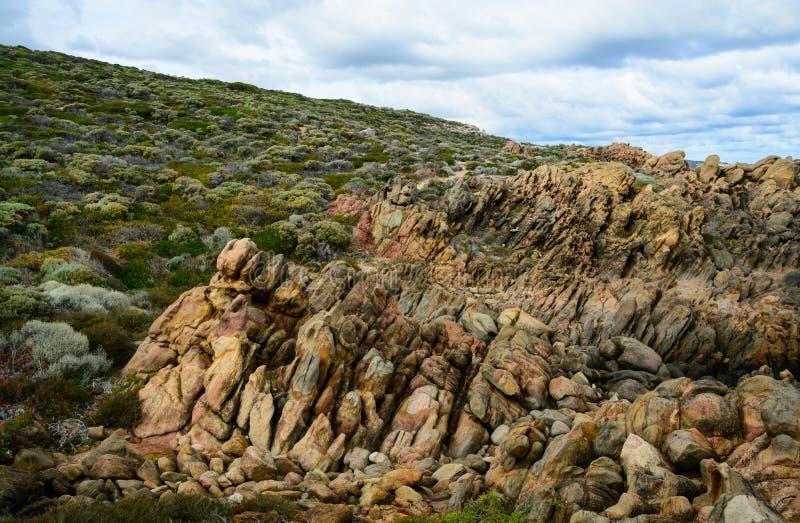 Las rocas que suben de la tierra fotografía de archivo