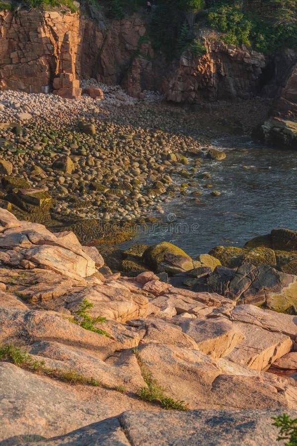 Las rocas rosadas del granito y pequeña una ensenada llenada del puño clasificaron el bould fotografía de archivo libre de regalías