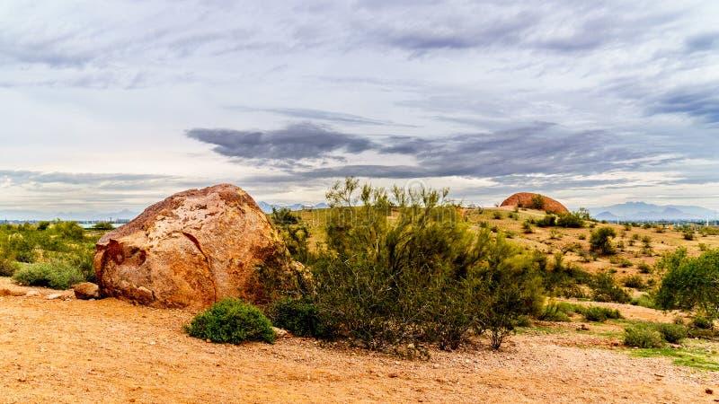 Las rocas y los cantos rodados en las motas de la piedra arenisca roja de Papago parquean cerca de Phoenix Arizona fotos de archivo