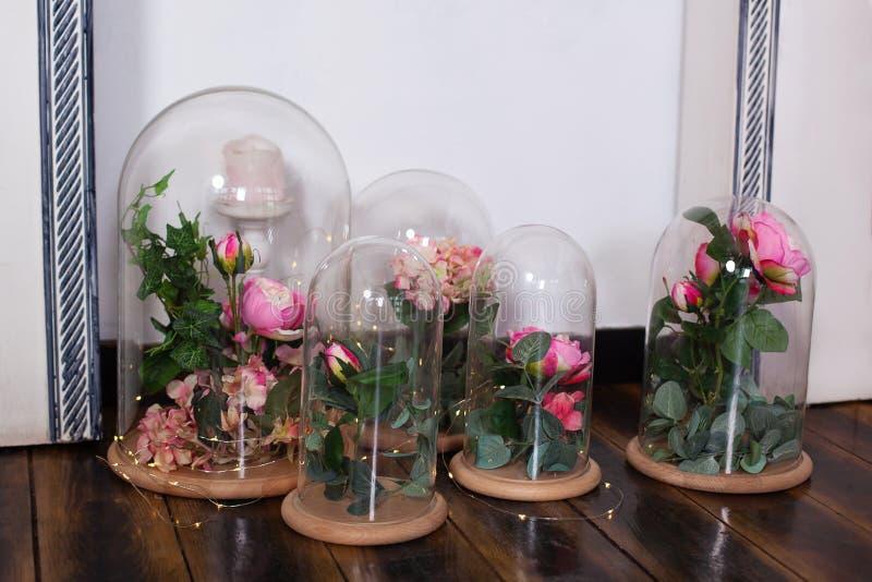 las rosas eternas en el frasco, varias rosas Duradero subió en un frasco, en una bóveda de cristal, estabilizada El regalo perfec foto de archivo libre de regalías