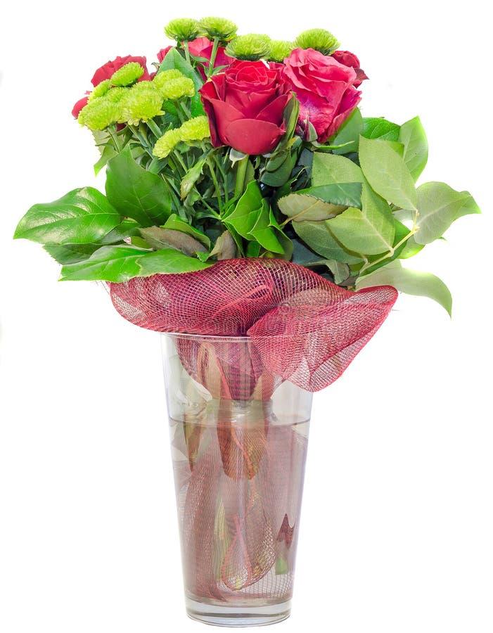 Las rosas rojas florecen en un arreglo floral, ramo, cierre transparente del florero para arriba, aislado foto de archivo