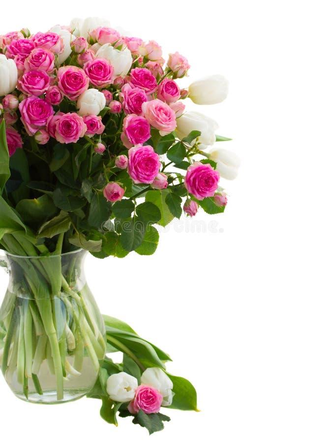 Las rosas rosadas frescas del ramo y los tulipanes blancos se cierran para arriba fotos de archivo libres de regalías
