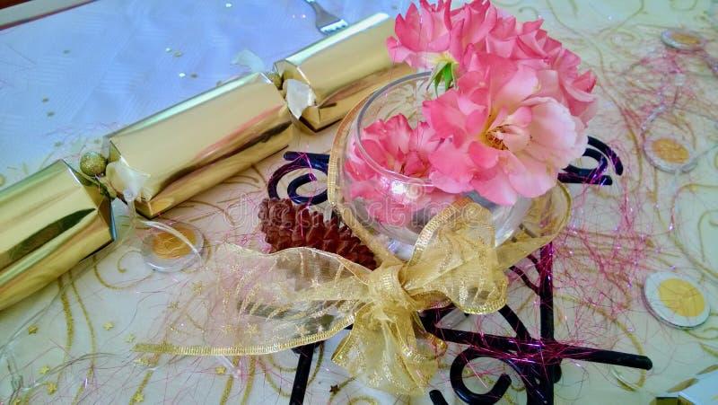 Las rosas rosadas y la Navidad de la galleta de la Navidad del oro presentan el ajuste fotos de archivo