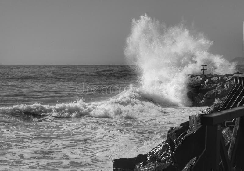 Las roturas de la onda en las rocas fotografía de archivo libre de regalías