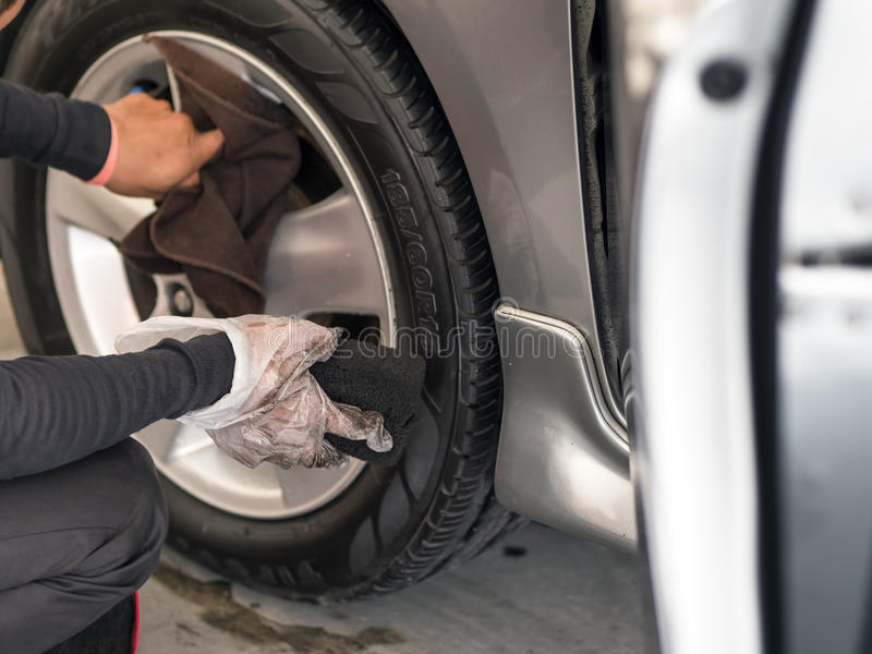 Las ruedas de coche de la limpieza del hombre imagen de archivo libre de regalías