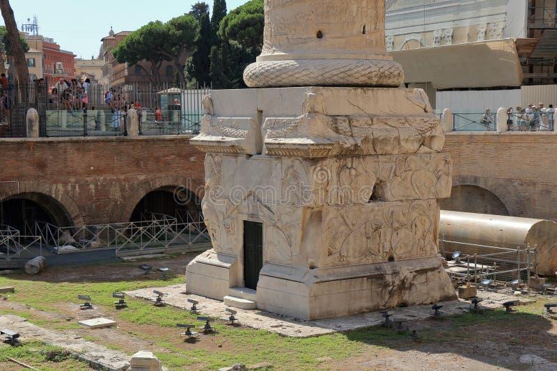 Las ruinas acercan a la base de Colonna Traiana en Roma fotografía de archivo libre de regalías