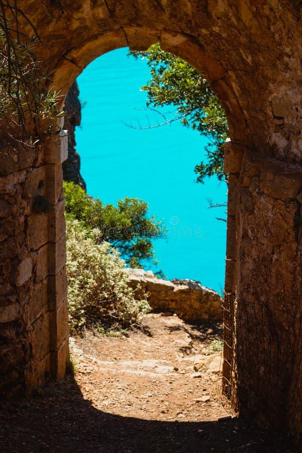 Las ruinas arquean la entrada de la puerta de la fortaleza vieja en Assos en la isla de Kefalonia en Grecia imagen de archivo libre de regalías