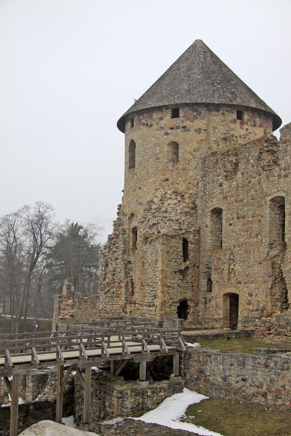 Las ruinas de Cesis castillo se escudan (o de Wenden) que sea un castillo de Livonian del siglo XIII situado en Cesis, Letonia fotos de archivo libres de regalías