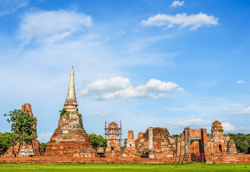 Las ruinas de las estatuas y de la pagoda de Buda en Wat Mahathat, provincia de Phra Nakhon Si Ayutthaya es uno de los templos en fotografía de archivo