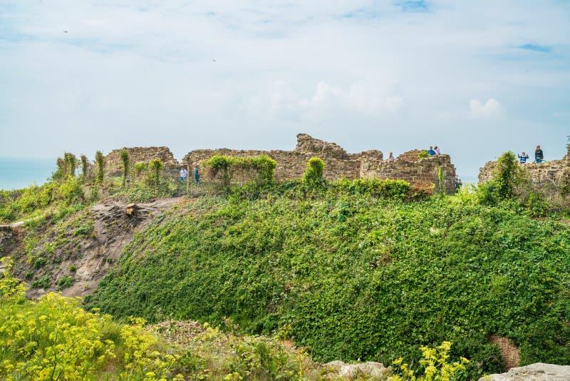 Las ruinas de Hastings se escudan, Sussex del este, Reino Unido fotografía de archivo