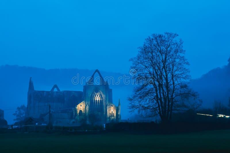 Las ruinas de la abadía de Tintern se encendieron para arriba en una tarde atmosférica de los inviernos Valle de la horqueta Rein fotos de archivo