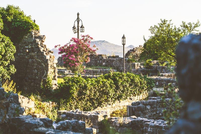 Las ruinas de la barra vieja de la ciudad en Montenegro imagenes de archivo