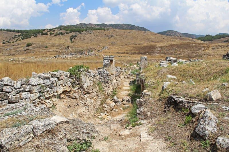 Las ruinas de la ciudad antigua de Hierapolis al lado de las piscinas del travertino de Pamukkale, Turquía fotografía de archivo