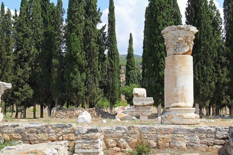 Las ruinas de la ciudad antigua de Hierapolis al lado de las piscinas del travertino de Pamukkale, Turquía imagen de archivo