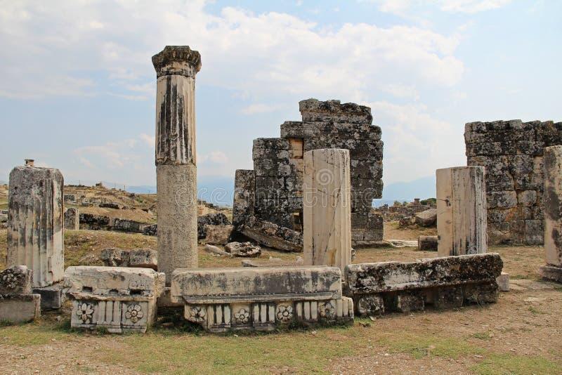 Las ruinas de la ciudad antigua de Hierapolis al lado de las piscinas del travertino de Pamukkale, Turquía imagen de archivo libre de regalías