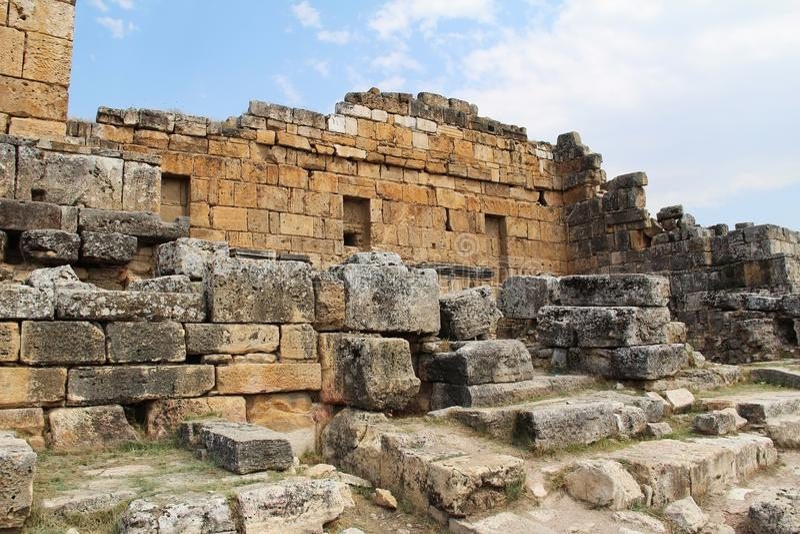 Las ruinas de la ciudad antigua de Hierapolis al lado de las piscinas del travertino de Pamukkale, Turquía foto de archivo libre de regalías