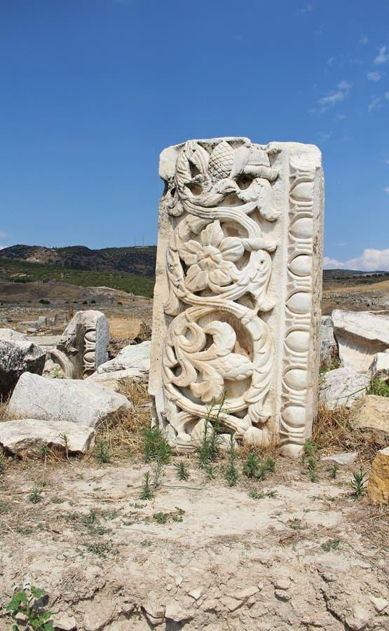 Las ruinas de la ciudad antigua de Hierapolis al lado de las piscinas del travertino de Pamukkale, Turquía imagenes de archivo