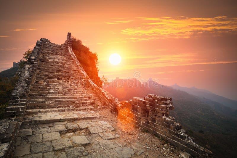 Las ruinas de la Gran Muralla en salida del sol foto de archivo libre de regalías