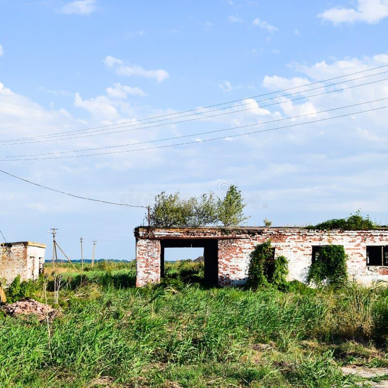 Las ruinas de la granja vieja Base de columna de los conos de la pared Abando imágenes de archivo libres de regalías