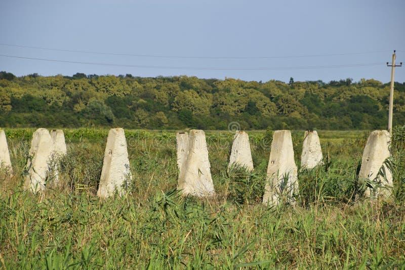 Las ruinas de la granja vieja Base de columna de los conos de la pared Edificios abandonados y arruinados foto de archivo