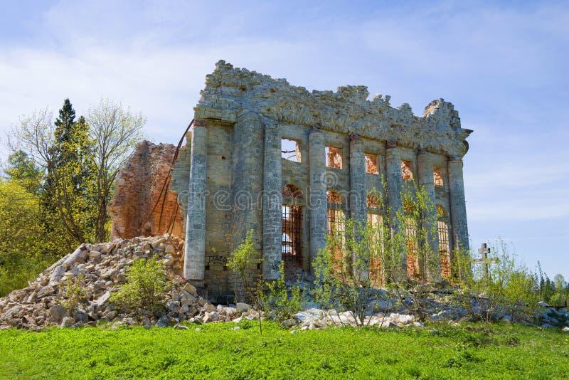 Las ruinas de la iglesia antigua de la trinidad santa Regi?n de Leningrad, Rusia imagen de archivo