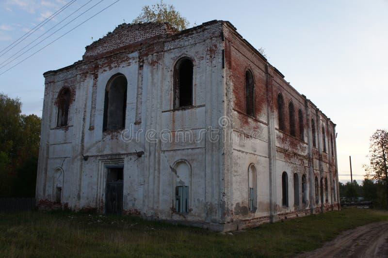 Las ruinas de la iglesia destruida fotografía de archivo libre de regalías