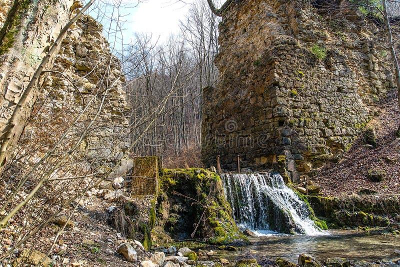 Las ruinas de los diablos del ` tienden un puente sobre el ` en Czerna Polonia foto de archivo libre de regalías