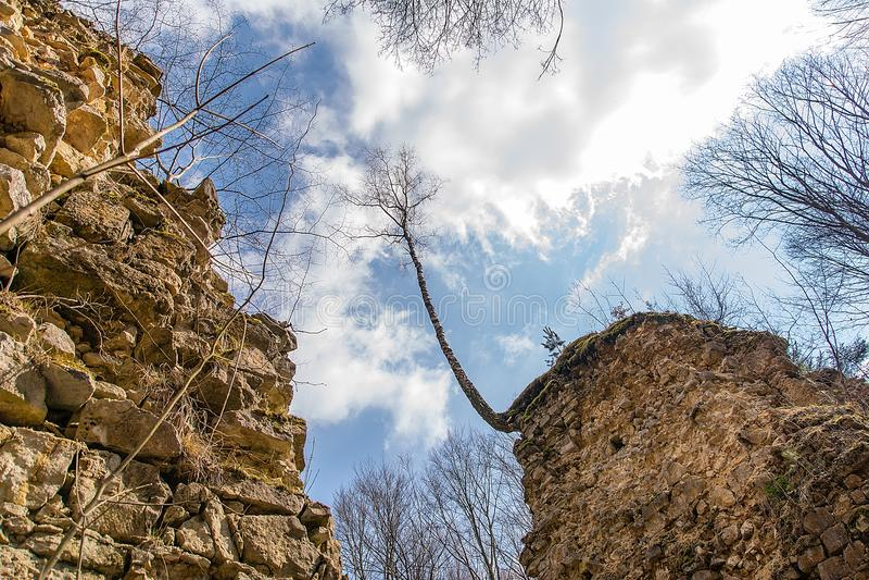 Las ruinas de los diablos del ` tienden un puente sobre el ` en Czerna Polonia imagen de archivo libre de regalías