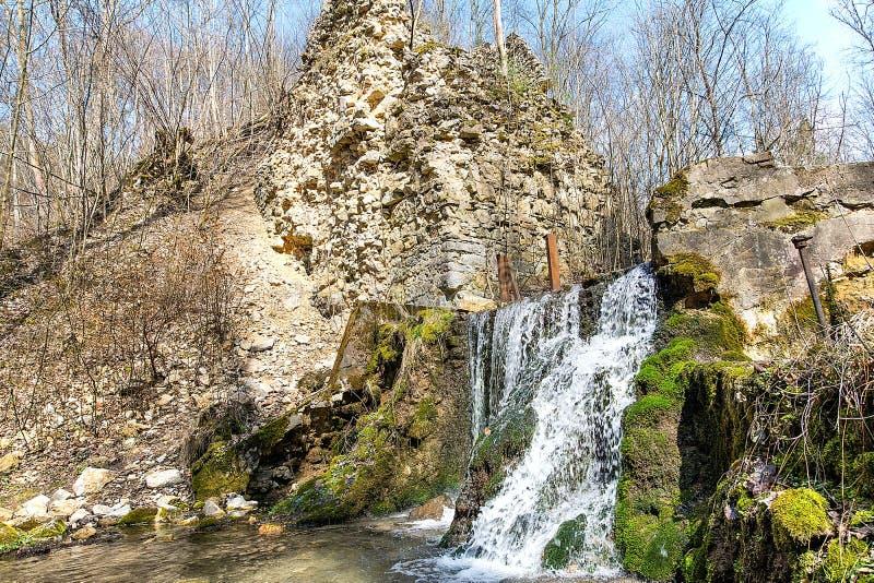 Las ruinas de los diablos del ` tienden un puente sobre el ` en Czerna Polonia imagenes de archivo