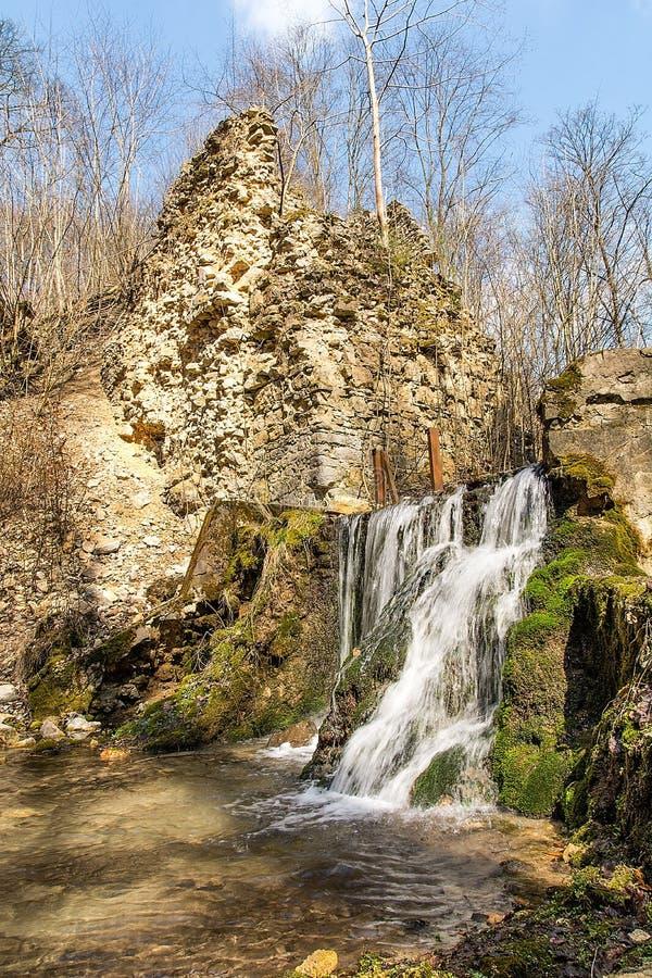 Las ruinas de los diablos del ` tienden un puente sobre el ` en Czerna Polonia imágenes de archivo libres de regalías