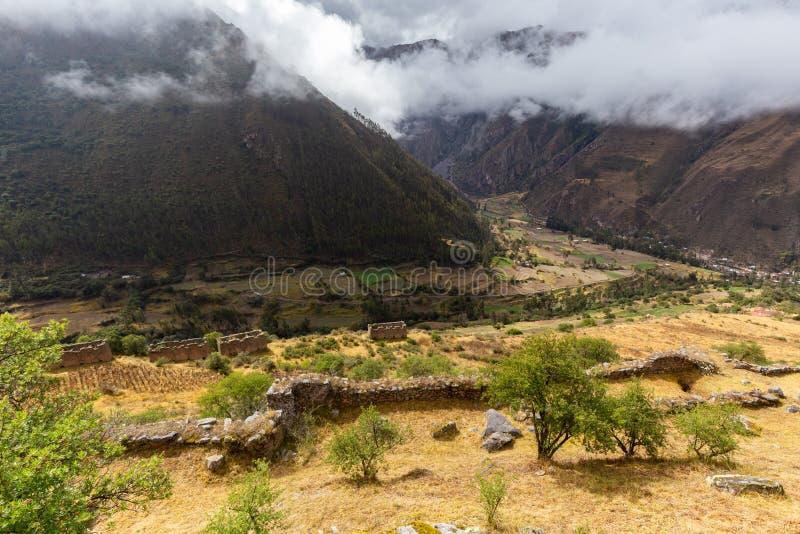 Las ruinas de Pumamarka y #x28; Puma Marka y #x29; aldea del Perú imagenes de archivo