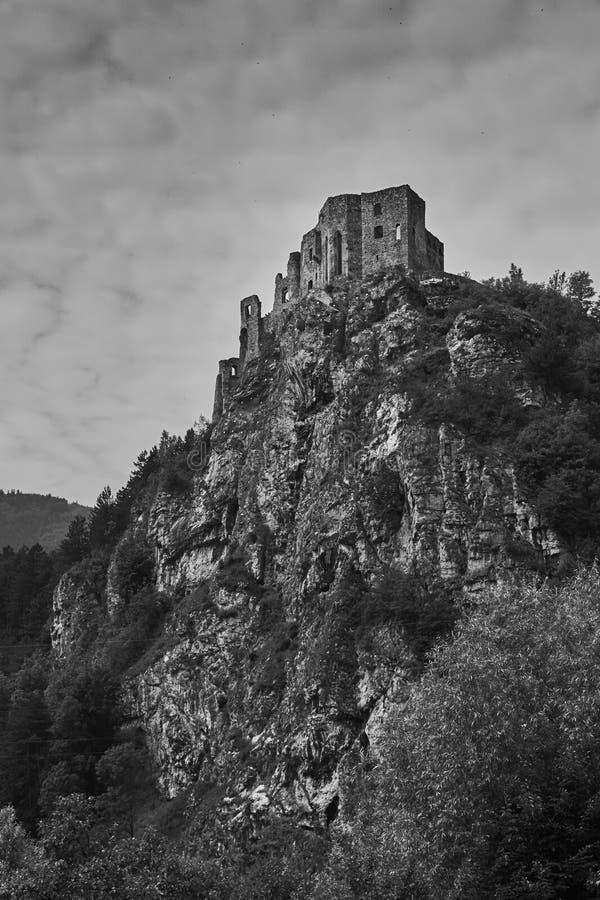 Las ruinas de Strecno medieval se escudan cerca de Zilina en Eslovaquia adentro fotografía de archivo libre de regalías