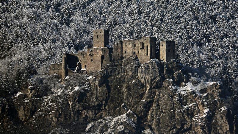 Las ruinas de Strecno se escudan en invierno, Eslovaquia fotografía de archivo