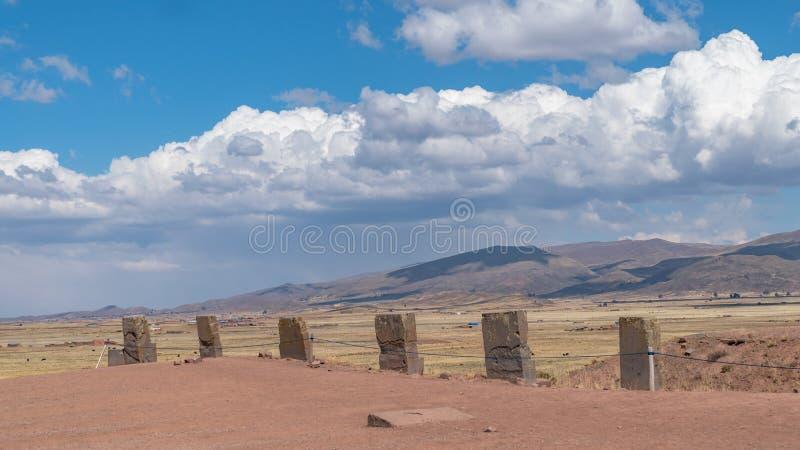 Las ruinas de Tiwanaku son un sitio arqueológico precolombino en Bolivia occidental fotos de archivo