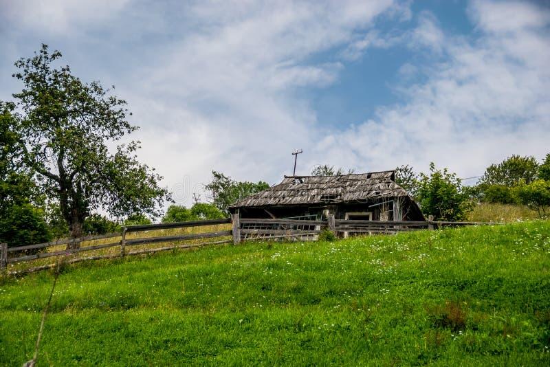 Las ruinas de una cabaña de madera abandonada imagen de archivo libre de regalías