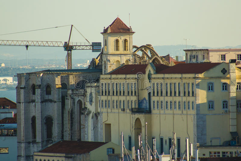 Las ruinas del convento y de la iglesia de Carmen capturaron de la colina de Santana en Lisboa, Portugal fotografía de archivo libre de regalías