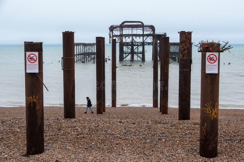 Las ruinas del embarcadero del oeste, Brighton, East Sussex, Reino Unido, fotografiado durante la bajamar en un día de invierno e imágenes de archivo libres de regalías