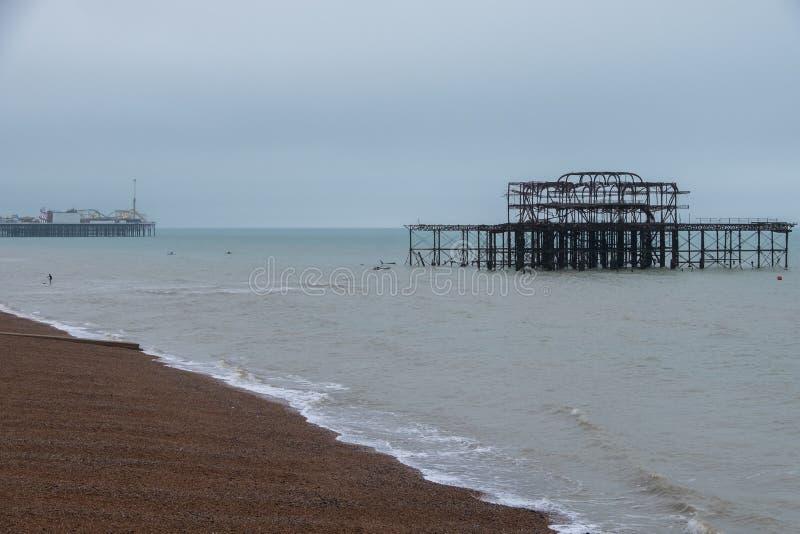Las ruinas del embarcadero del oeste, Brighton, East Sussex, Reino Unido, fotografiado durante la bajamar en un día de invierno e foto de archivo libre de regalías